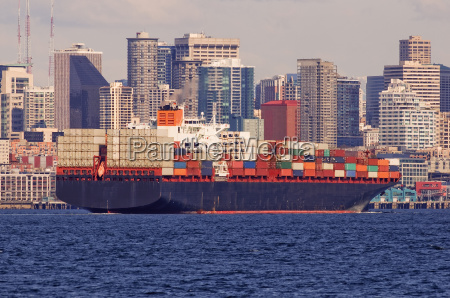 grande nave da carico nel porto