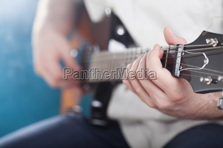 concerto primo piano musicista chitarrista accordi