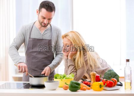 giovane donna attraente da cibo a