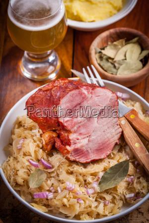 carne di maiale affumicata con cavolo