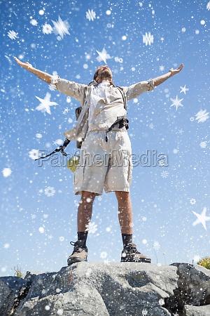 immagine composita di bello escursionista in
