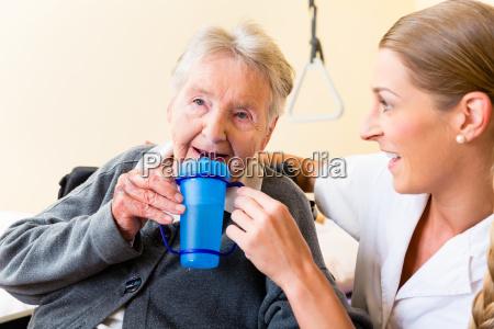 infermiera da vecchia te da bere