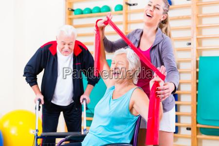 donna sedia a rotelle persone popolare