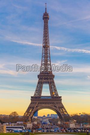 torre eiffel allinverno suset a parigi