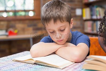 alunni carini che leggono libri in