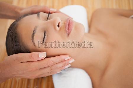 bella bruna godendo di un massaggio