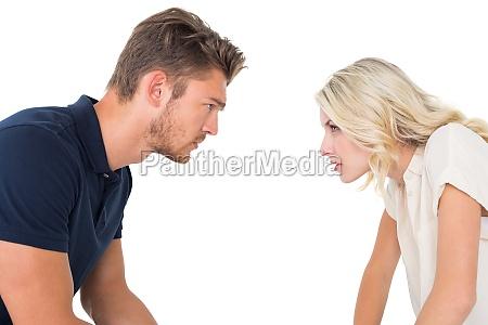 jovem par tendo relacionamento problemas