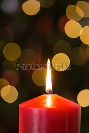 focus sulla candela rossa di natale