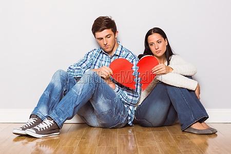giovane coppia seduta sul pavimento con