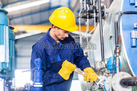 tecnico in fabbrica alla manutenzione della