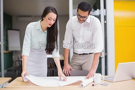 squadra architettura casuale che lavora insieme