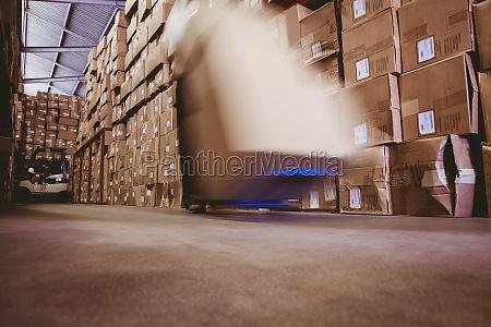 lavoratore con forcella stoccatore in magazzino