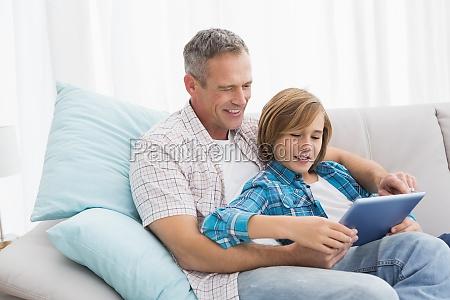 padre con figlio rilassante sul divano