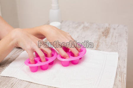 donna mano mani asciugamano chiodo allontanamento