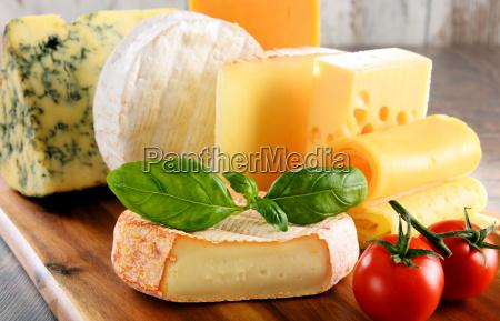 diversi tipi di formaggio isolato sul