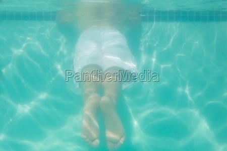 bambino sveglio che propone underwater nel