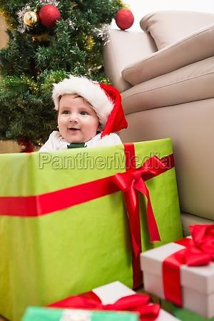 carino bambino ragazzo in grande regalo