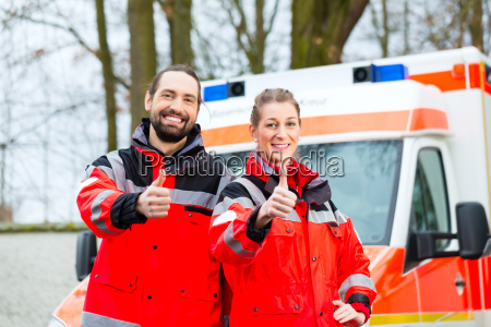 paramedici demergenza davanti allambulanza