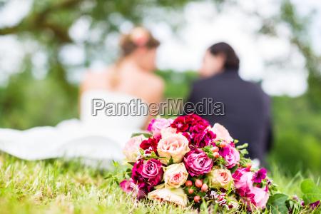 coppia di nozze con bouquet da