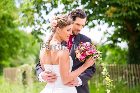 coppia di sposi con bouquet da