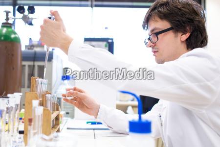 esperimento laboratorio chimica ricercatore scienziato tesi