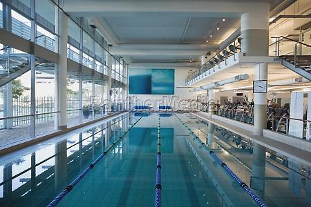 piscina vuota con grandi finestre