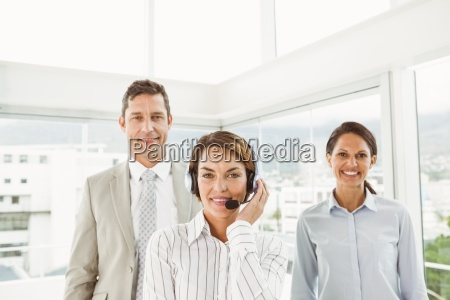 uomini daffari fiducioso in ufficio