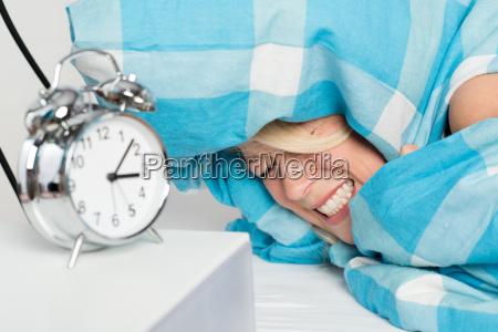 la giovane donna si trova sveglia