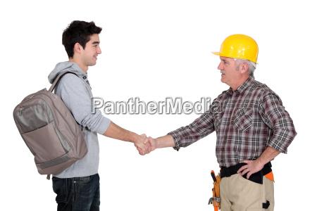 costruttore scuotendo la mano dellapprendista