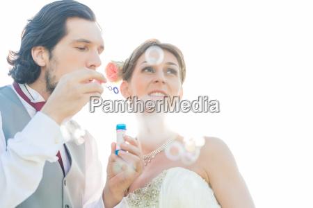coppia matrimonio soffiando bolle di sapone