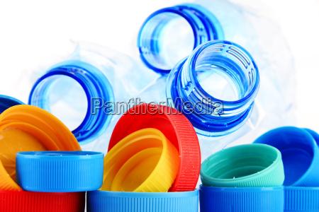 composizione con bottiglie di plastica e