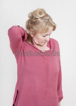 donna anziana con dolore alla spalla