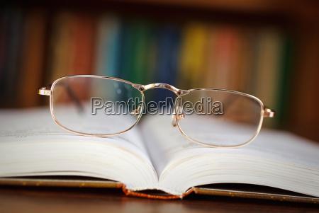 vetri su un libro