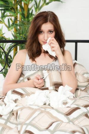 giovane donna con un naso che