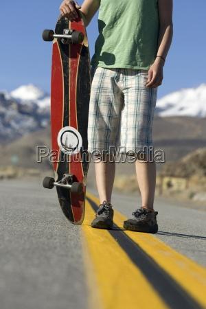 giovane donna skateboarding a bishop ca