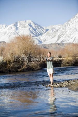 giovane donna pesca a mosca con