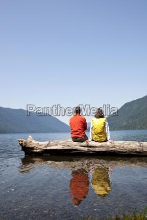 una coppia di mezza eta seduti