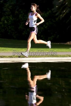una donna atletica che corre vicino
