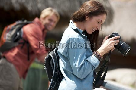 una coppia scattare foto nel parco