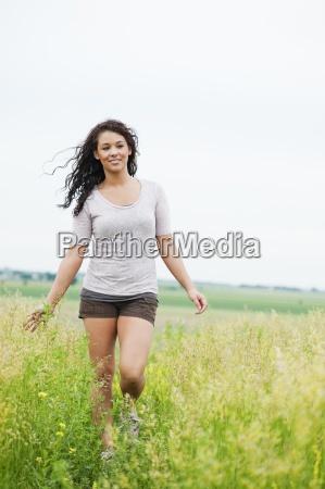 giovane donna che cammina spensierata attraverso