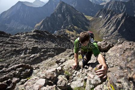 un uomo si arrampica un canalone