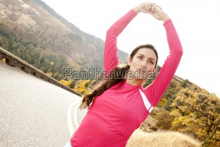 una donna atletica si estende lungo