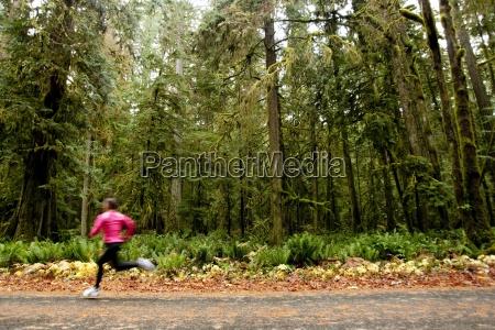 una femmina fare jogging lungo una