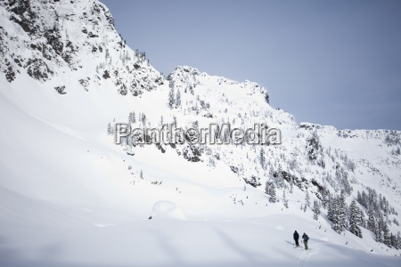 due sciatori nel backcountry in una
