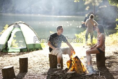 i giovani adulti in campeggio si