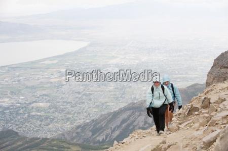due escursionisti femminili vicino alla vetta