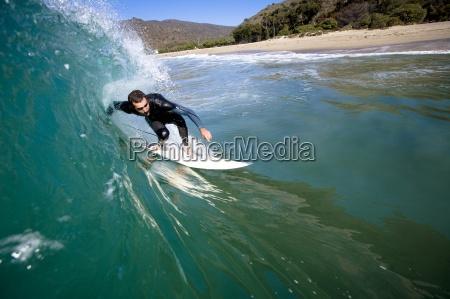 un surfista di sesso maschile stalle