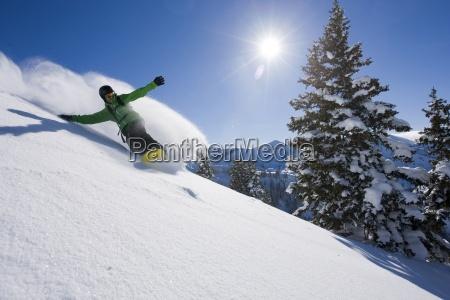 uno snowboarder facendo alcune tracce fresche