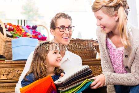famiglia acquista forniture artigianali nel negozio