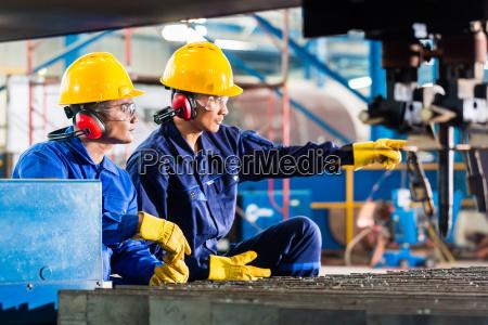 operaio in fabbrica a macchina per